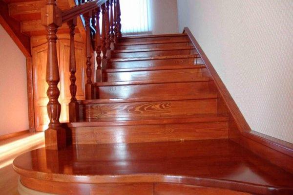 Лак для лестницы из дерева - виды и правила нанесения
