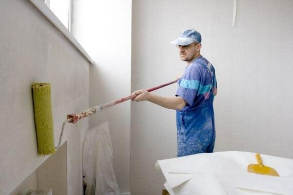 Нанесение грунтовки перед покраской стен