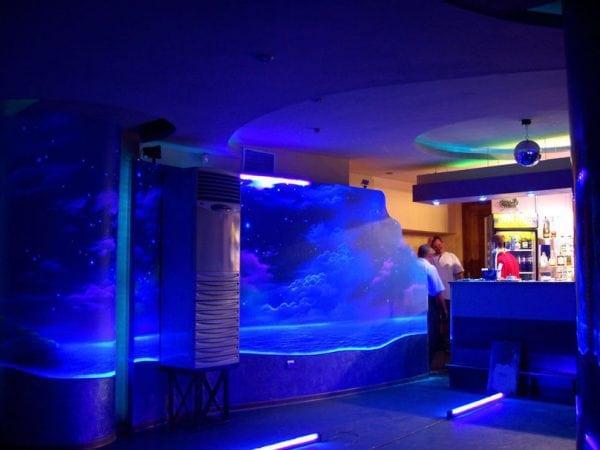Стена покрашена фосфорной краской