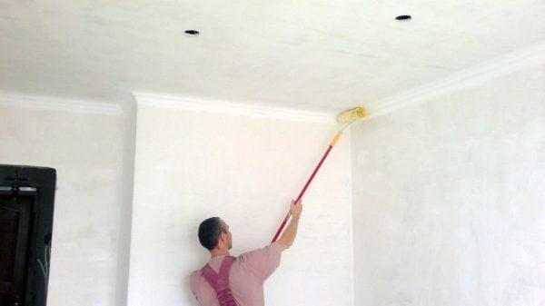 Как грунтовать потолок своими руками и сколько он сохнет?