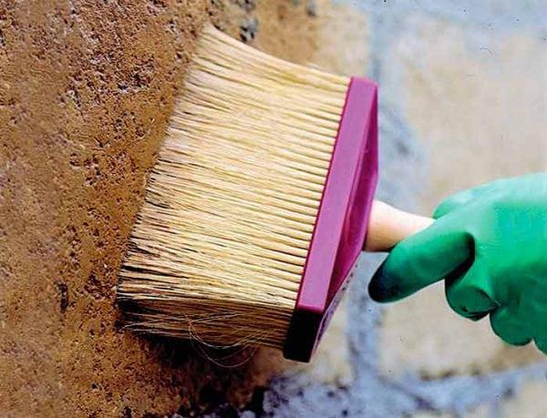 На бетон наносим специальную грунтовку