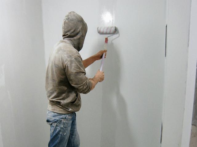 Грунтуеем стены после шпаклевания
