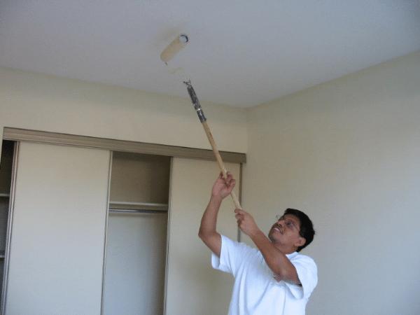 Покраска потолка при плохом освещении