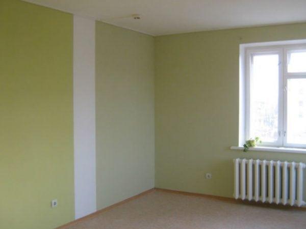 Стена выкрашена в зеленый и белый цвет