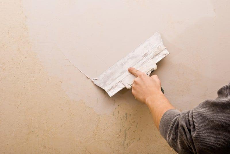 Чем зашпаклевать стены под обои своими руками