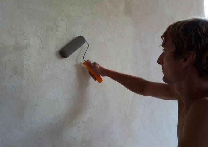Стены покрытые штукатуркой покрываем лаком