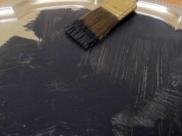 На поверхность наносим краску