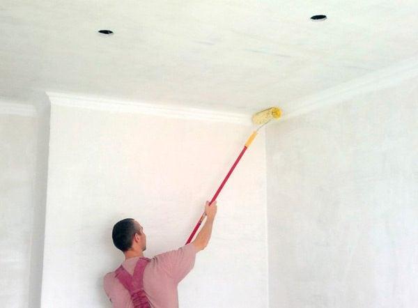 Перед началом работ нужно провести по краям потолка широкую линию