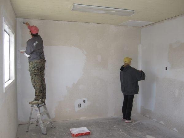 Рабочие подготавливают стены