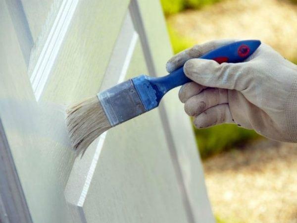Наносим краску на дверь