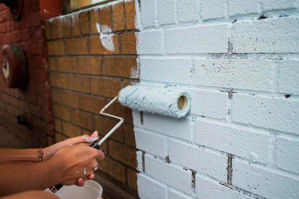 Окрашивание кирпичной стены