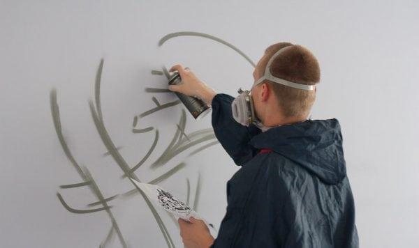 Процесс оформления стен аэрозольной краской
