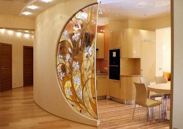 Крашенное стекло в интерьере дома