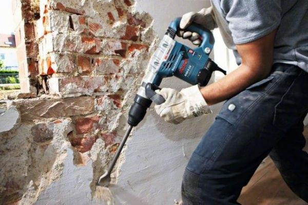 Перфоратор уберет выпуклости на стене