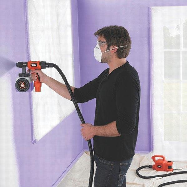 Нанесение краски на стену краскопультом