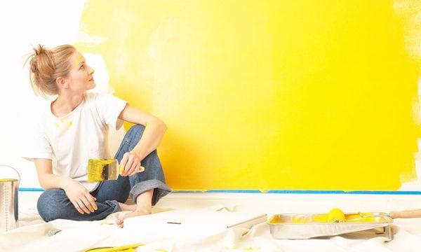 Покраска стены желтой краской