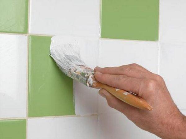 Процесс покраски кафеля в ванной