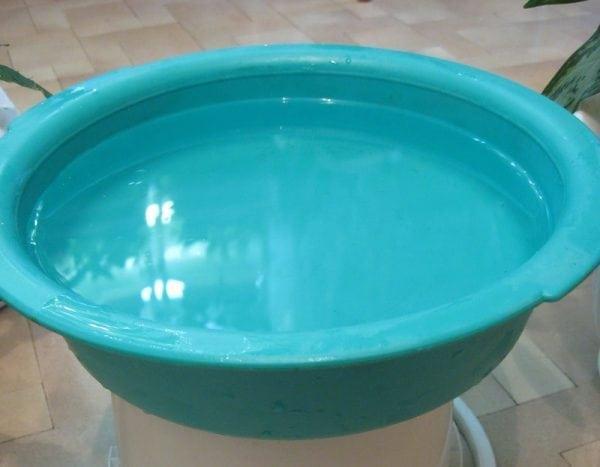 Таз с водой для испытания пластика на прочность