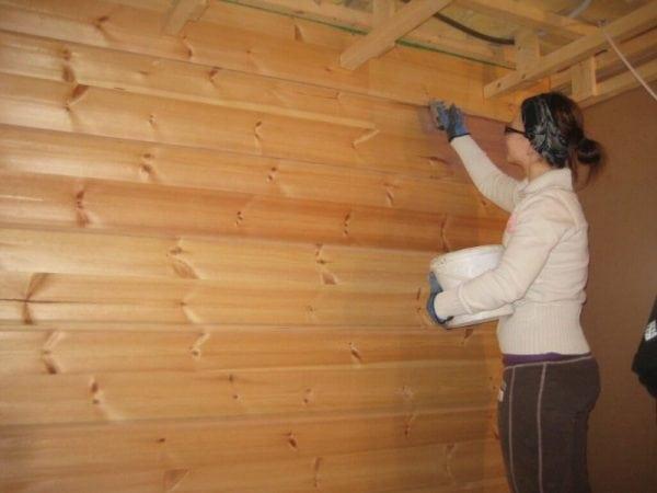 Обработка стен в бане лаком для защиты от влаги и высокой температуры