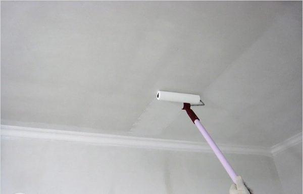 Нанесение грунтовки на побеленный потолок