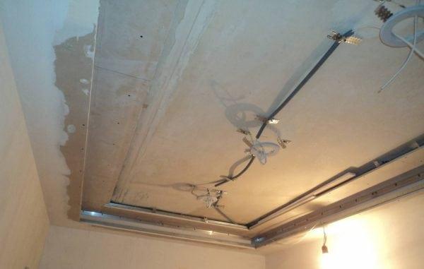 Загрунтованная поверхность перед натяжным потолком