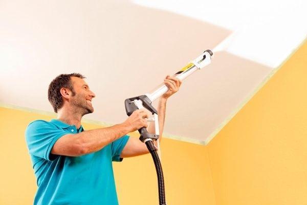 Покраска потолка краскопультом