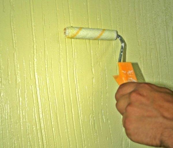 Нанесение перламутровой краски на стену с помощью валика