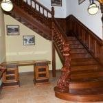 Окрашенная деревянная лестница своими руками