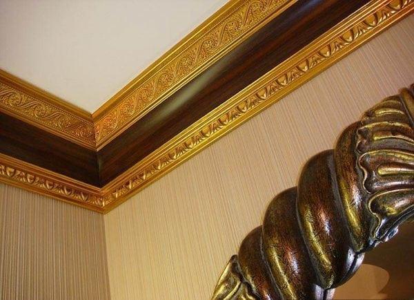 Окрашенный потолочный плинтус своими руками