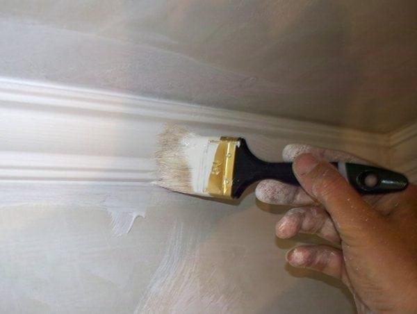 Как покрасить потолочный плинтус - выбор состава, подготовка и нанесение