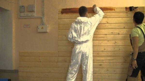 Покраска деревянной стены внутри дома краской