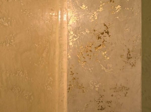 Стена, окрашенная в бежевый цвет с подчеркиванием элементов перламутровой краской