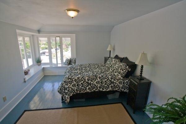 Окрашенный деревянный пол в спальне