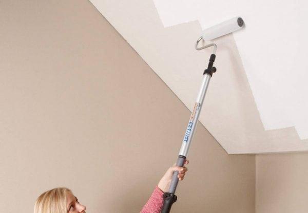 Нанесение силиконовой краски на потолок