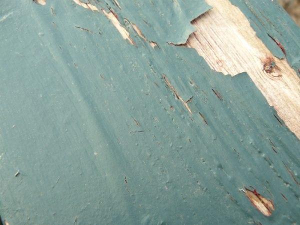 Трещины и сколы старой краски на полу