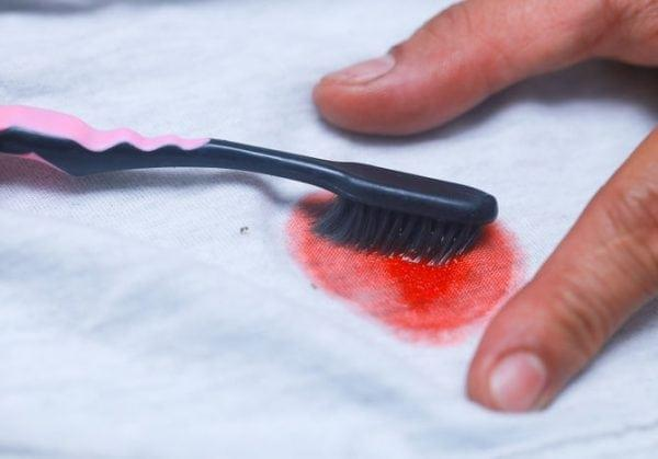 Выведение краски с одежды зубной щеткой и пятновыводителем