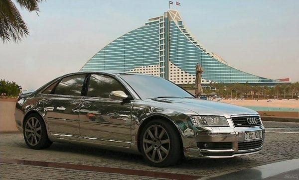 Кузов автомобиля, окрашенный зеркальной краской