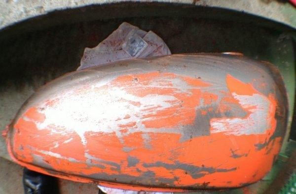 Действие смывки старой краски с металла
