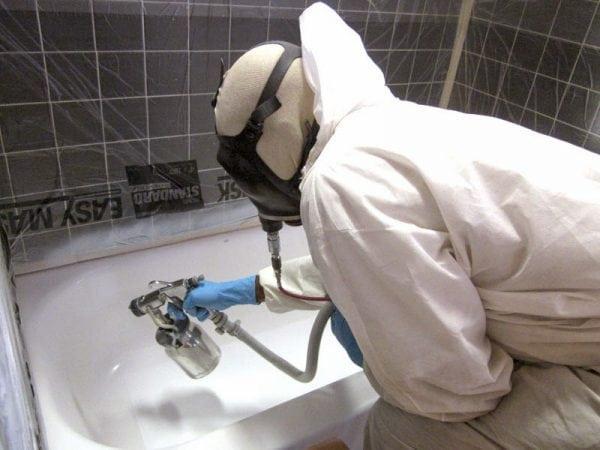 Нанесение эмали в виде аэрозоли на поверхность ванны