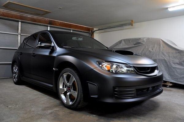 Чёрный матовый автомобиль