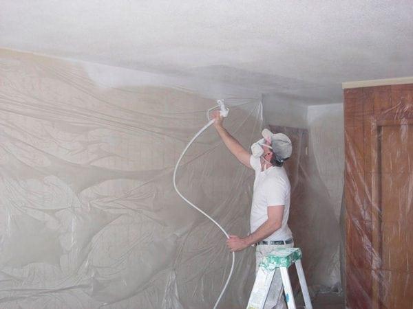Побелка потолка краскопультом без стремянки