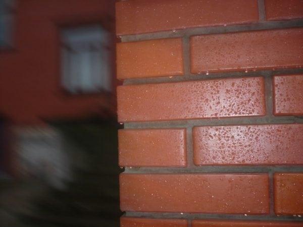 Кирпичная стена покрытая лаком