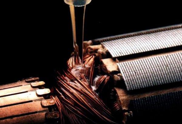 Нанесение лака МЛ-92 методом налива