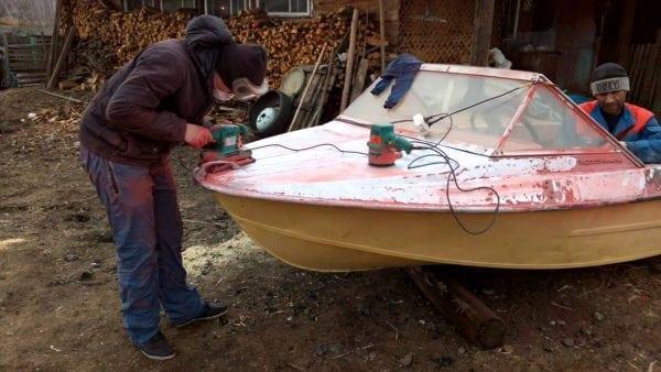 Подготовка корпуса лодки к нанесению грунта ЭП-057