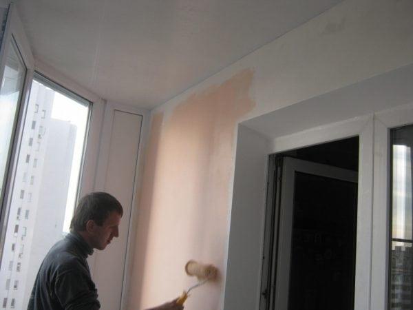 Покраска стены на балконе