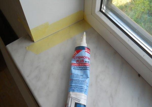 Клей Cosmofen хорошо подходит для герметизации стыков окон и откосов