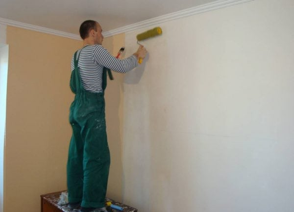 Клей для флизелиновых обоев наносится на стену