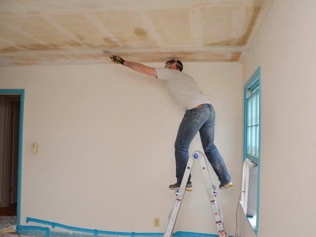 Убираем остатки клея с потолка
