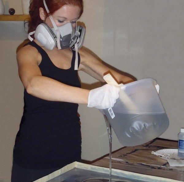 При работе с полиэфирной смолой следует соблюдать меры предосторожности
