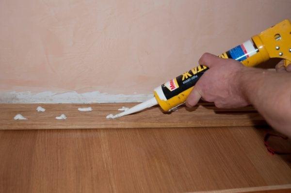 Приклеивать напольный плинтус можно только на ровные стены